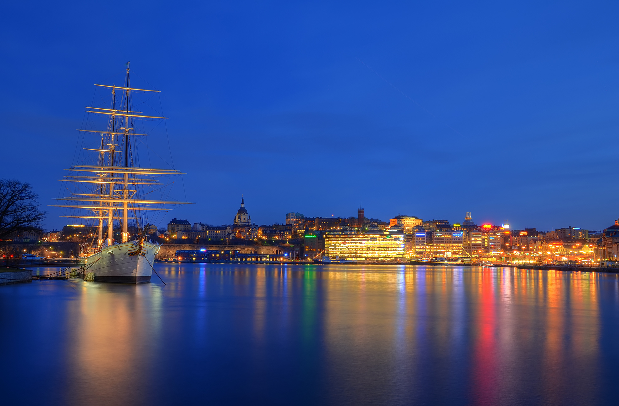 Skeppsholmen_Stockholm_city_night_lights_1969x1292